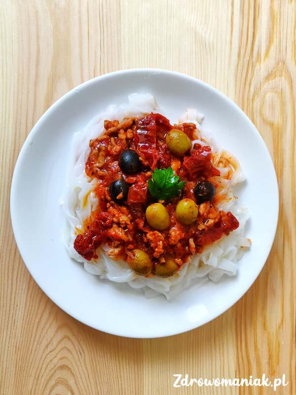 makaron z suszonymi pomidorami i oliwkami